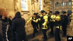 警方與示威者對峙