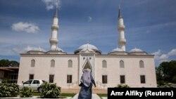 Seorang perempuan Muslim pergi ke masjid untuk menghadiri shalat Jumat pertama selama bulan Ramadhan di Diyanet Center of America di Lanham, Maryland, AS, 10 Mei 2019. (Foto: REUTERS/Amr Alfiky)
