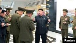 북한 김정은 국방위원회 제1위원장이 새로 건설된 군인 식당을 현지지도 했다고 조선중앙통신이 29일 보도했다.