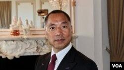 流亡美国的中国富豪郭文贵在位于纽约第五大道的住所内(2017年4月19日,美国之音东方拍摄)
