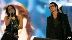 아일랜드 출신 그룹 코어스의 안드레아 코어(왼쪽)와 U2 보컬 보노가 스코틀랜드 머레이필드 스타디움에서 함께 공연하고 있다.