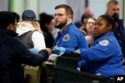 Agenti za bezbjednost saobraćaja rade na kontrolnom punktu na međunarodnom aerodromu Logan, u Bostonu, 5. januara 2019.