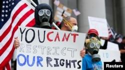 Učesnici protesta protiv restriktivnih mera u državi Vašington, 19. april 2020. (Foto: Reuters/Lindsey Wasson)
