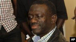 Lãnh tụ đối lập chính Kizza Besigye (trong hình) cáo buộc Tổng thống Yoweri Museveni kích động bạo lực chống lại những người đối lập.