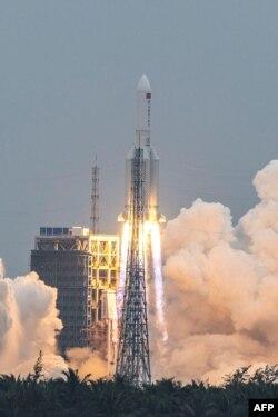 """Modul Tianhe (""""Harmoni Surgawi"""") meluncur ke antariksa di atas roket Long March 58 dari Pusat Peluncuran Wenchang di Hainan, 29 April 2021. (AFP)"""