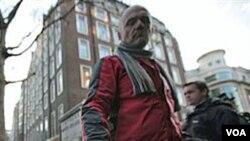 Los partidarios de Assange, manifiestan frente a la corte en Londres.