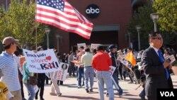 华人民众上周六在美国广播公司门前示威(美国之音记者国符拍摄)