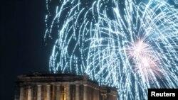 Màn trình diễn pháo hoa trên ngôi đền cổ Parthenon tại thủ đô Athens, Hy lạp, 01/01/2019.