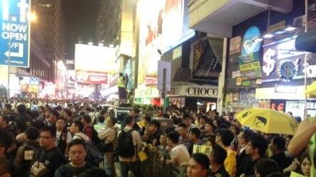 上千港人连续第四晚在旺角聚集争真普选
