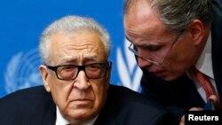 Спеціальний посланник ООН і Ліги арабських держав Лахдар Брагімі (л) зі своїм радником