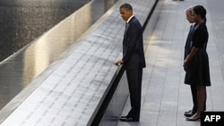 Tổng thống Obama đứng bên bờ hồ phía bắc, vị trí trước đây của hai tòa tháp đôi. Phía sau là cựu Tổng thống Hoa Kỳ George W. Bush và Ðệ nhất phu nhân Michelle Obama trong các buổi lễ đánh dấu lần thứ 10 vụ tấn công khủng bố 11/9 tại New York