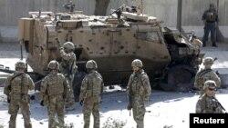 FILE - Tentara NATO berjaga di TKP bom bunuh diri di Kabul, Afghanistan pada bulan Oktober 2015.