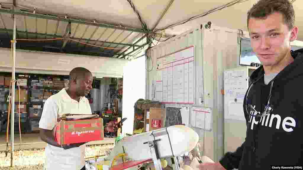 L'équipe d'ingenieurs de Zipline au Rwanda, le 9 août 2017. (VOA/ Charly Kasereka)