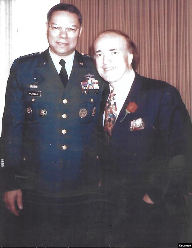 Ký giả Peter Arnett và Đại tướng Colin Powell, cựu Chủ Tịch Hội Đồng Tham Mưu Liên Quân trong chiến tranh vùng Vịnh tại New York vào tháng Tư năm 1991. Tướng Powell dẫn đầu cuộc chỉ trích Peter Arnett đã tạo cơ hội cho bộ máy tuyên truyền của Saddam Hussein hoạt động. Sau chiến tranh họ vẫn gặp nhau thân thiện và trò chuyện vui vẻ, theo lời kể của ký giả Arnett. (Hình: Peter Arnett cung cấp)