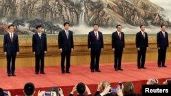 第19届中共中央政治局常委:(从左至右)韩正、王沪宁、栗战书、习近平、李克强、汪洋、赵乐际。