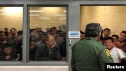 Para migran yang berusaha mendapatkan suaka ke Amerika dekat perbatasan AS-Meksiko di kota McAllen, Texas (foto: dok).