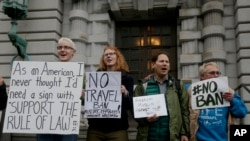 지난 2월 미국 샌프란시스코 제9 연방순회법원 앞에서 트럼프 이민 행정명령에 반대하는 시민들이 피켓을 들고 있다. (자료사진)