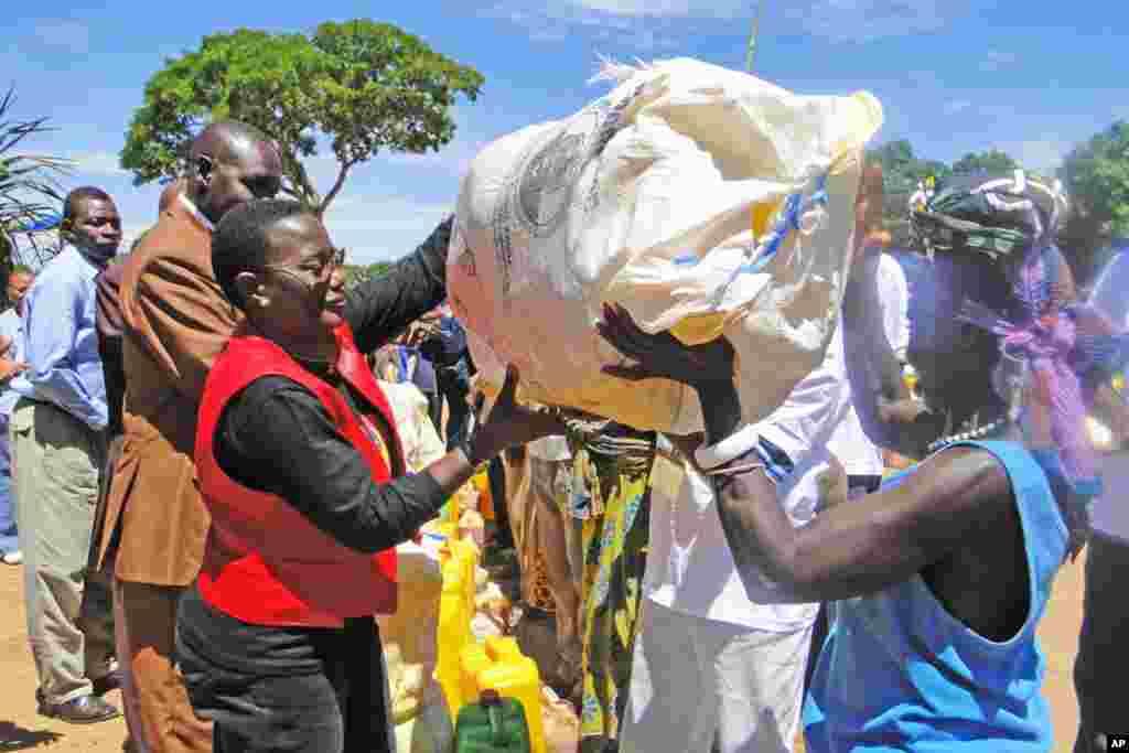 Janet Kabila akimsaidia mama mmoja aliyepokea msaada kutoka wakfuu ya Laurent Kabila Uele ya Juu jimboni Oriental