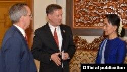 အေမရိကန္ ႏုိင္ငံတကာဖြံ႔ၿဖဳိးေရး ေအဂ်င္စီရဲ႕ အုပ္ခ်ဳပ္ေရးမွဴး မတ္ခ္ဂရင္းကို ႏိုင္ငံေတာ္အတိုင္ပင္ခံပုဂၢိဳလ္ ေဒၚေအာင္ဆန္းစုၾကည္က ေနျပည္ေတာ္မွာ လက္ခံေတြ႕ဆံုစဥ္ (ေမလ ၁၉ ရက္ ၂၀၁၈) ဓါတ္ပံု- U.S. Embassy Rangoon