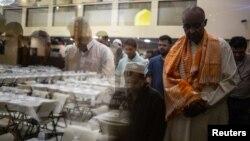 Umat Muslim menjalankan salat Magrib setelah berbuka puasa pada hari keenam puasa Ramadan di Dar Al Hijrah Islamic Center di Falls Church, Virginia, 11 Mei 2019. (Foto: REUTERS/Amr Alfiky)