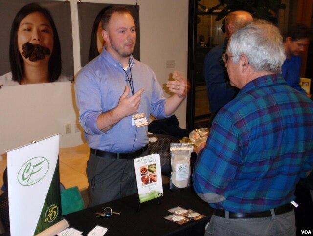 Người đồng sáng lập công ty Cricket Flours Omar Ellis giới thiệu sản phẩm mẫu làm từ dế ở Portland. (Ảnh: Tom Banse)