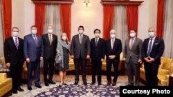 台灣外長吳釗燮(右四)9月18日在台北會晤美國務次卿克拉奇(左五)一行(照片來源:台灣外交部)