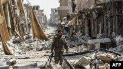 Un membre des Forces démocratiques syriennes (FDS), vieille ville de Raqa, le 25 septembre 2017.