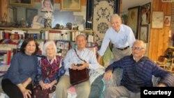 Từ trái: Các nhà thơ, nhà văn Trần Mộng Tú, Linh Bảo, Đỗ Quý Toàn, Phạm Phú Minh, Doãn Quốc Sỹ. (Hình: Nhà báo Phạm Phú Minh cung cấp)