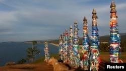 俄罗斯西伯利亚东部的贝加尔湖岸边,有举行仪式用的杆子和彩带(2016年9月9日)