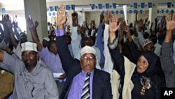 Somali lawmakers raise their hands during a confidence vote in Mogadishu (file photo - 31Oct. 2010)