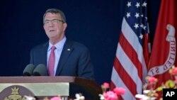 美國國防部長卡特在安納波利斯的美國海軍官校畢業典禮上致詞。