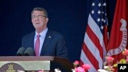 美国国防部长卡特在安纳波里斯的美国海军官校毕业典礼上致词。