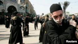 Peziarah Syiah dalam peringatan Ashura di Kerbala, 80 kilometer sebelah barat daya Baghdad (11/11). Tiga bom meledak di wilayah Baqouba, Irak saat para peziarah sedang memperingati Ashura, menewaskan sedikitnya delapan orang, Rabu (13/11).
