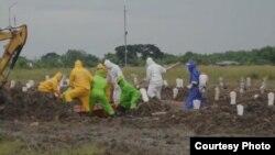 Proses pemakaman jenazah korban corona di Surabaya. jenazah korban corona sempat menjadi rebutan antara pemerintah daerah dengan pihak keluarga (foto Humas Pemkot Surabaya).