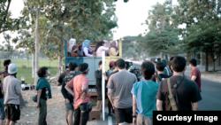 """Proses syuting """"Tilik"""" diakui sang sutradara lebih rumit karena penuh dengan adegan berjalan di atas bak truk (courtesy: Ravacana Films)."""