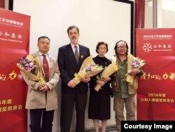 2015年10月金秋时节,卢百可与另外三名获奖人站在公和基金会颁奖台上接受全场致意(耿潇男拍摄)