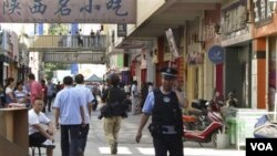 Polisi Tiongkok melakukan patroli di kota Kashgar, provinsi Xinjiang. Tiongkok menghukum mati 4 orang terkait kerusuhan di Kashgar Juli lalu.