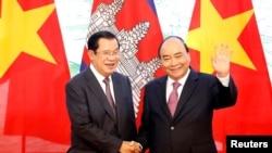 រូបឯកសារ៖ លោកនាយករដ្ឋមន្ត្រី ហ៊ុន សែន ថតរូបជាមួយនាយករដ្ឋមន្ត្រីវៀតណាម លោក Nguyen Xuan Phuc នៅការិយាល័យរដ្ឋាភិបាលវៀតណាម ក្នុងទីក្រុងហាណូយ ថ្ងៃទី៤ ខែតុលា ឆ្នាំ២០១៩។