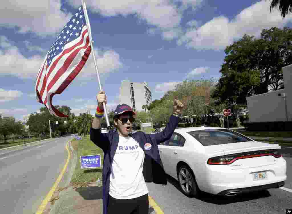 លោក Pablo Ramos ដែលជាអ្នកគាំទ្រលោក Donald Trump ឈរនៅចំកណ្តាលផ្លូវ Orange Avenue ដោយមានកាន់ទង់ជាតិ និងស្រែកហ៊ូដាក់អ្នកបើកបរក្នុងក្រុង Orlando រដ្ឋ Florida។