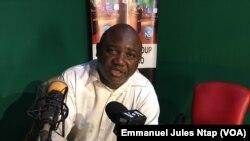 Dans le studio d'une radio privée, le pasteur Franklin Yebga maintient ses doutes sur le Covid-19 à Yaoundé, le 25 mars 2021.