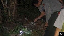 Cảnh sát Miến Điện quan sát hiện trường sau một vụ nổ bom nhỏ ở ngoại ô Rangoon, làm 2 thanh niên bị thương, 13/10/13