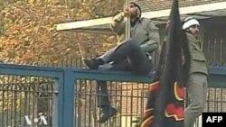 Iran: Protestuesit hyjnë me forcë në ambasadën britanike