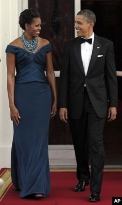 AQSh prezidenti Barak Obama va uning rafiqasi Mishel Oq Uydagi ziyofat oldidan... Mishel Obama yosh dizaynerlar yaratgan kiyimlarni kiyadi.