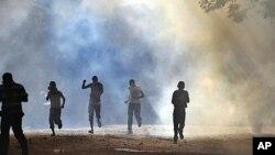 埃及安全部隊與示威者星期三在首都開羅解放廣場上發生衝突﹐安全部隊向示威者發射了催淚彈。