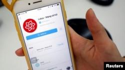 Một người dùng mở ứng dụng mạng xã hội Lotus, Hà Nội, ngày 17 tháng 9, 2019