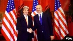 Menlu Amerika John Kerry (kiri) bersama PM Albania Edi Rama di Tirana, Minggu (14/2).
