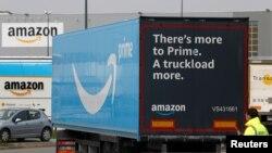 2020年3月19日卡车到达法国北部劳温普兰克的亚马逊物流中心。