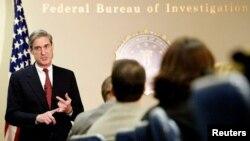 Роберт Мюллер, як директор ФБР, пояснює реорганізацію агентства на зустрічі з журналістами в будівлі ФБР у Вашингтоні, округ Колумбія, 29 травня 2002 року.