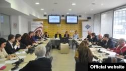 """Učesnici okruglog stola """"Unapređenje normativnog okvira integrativne manjinske politike"""" (Foto: Medijacentar Beograd)"""