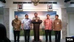 Kapolri Jenderal Badrodin Haiti (tengah) di Kantor Presiden menjelaskan soal isu beras plastik, di Jakarta Selasa 26/5 (foto: VOA/Andylala).